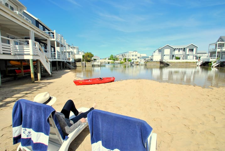 Private, romantic, airy studio apartment with deck - Knysna