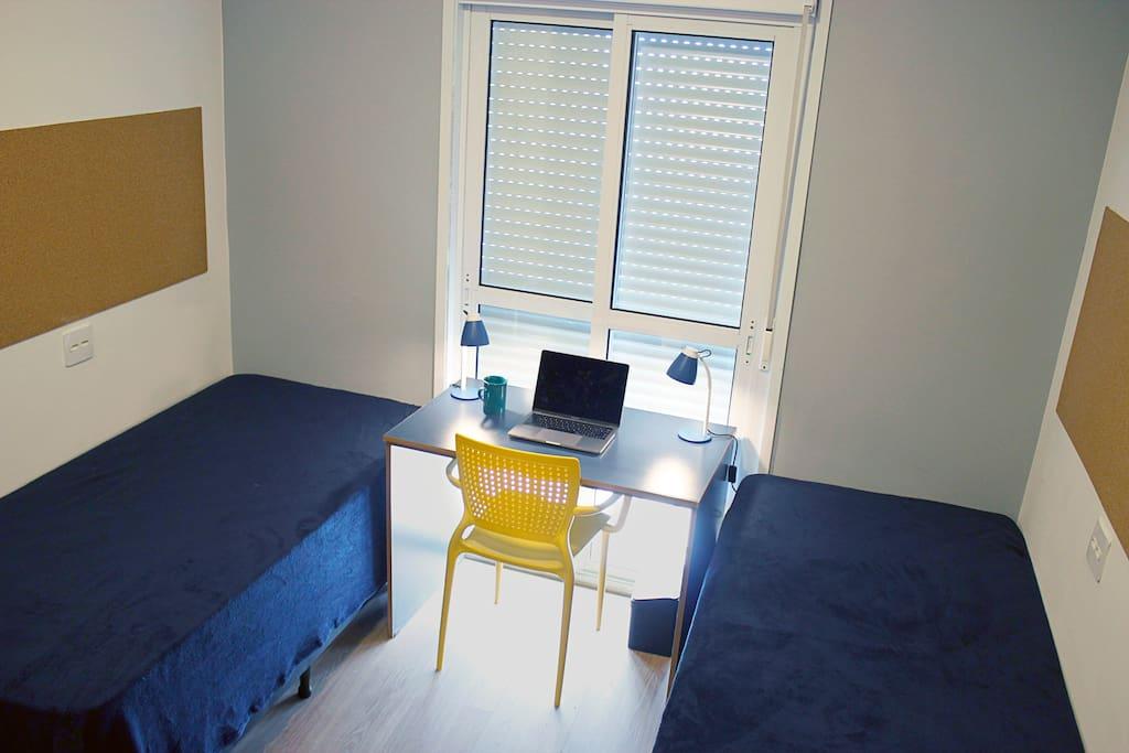 Quarto duplo - mesa de trabalho