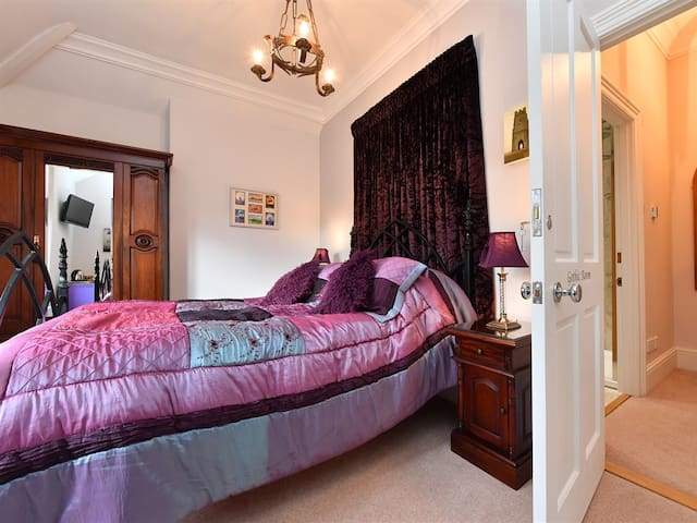 Heritage Luxury B&B Calne. King size ensuite