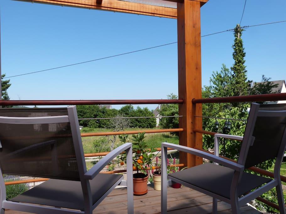 le balcon avec le barbecue à gaz