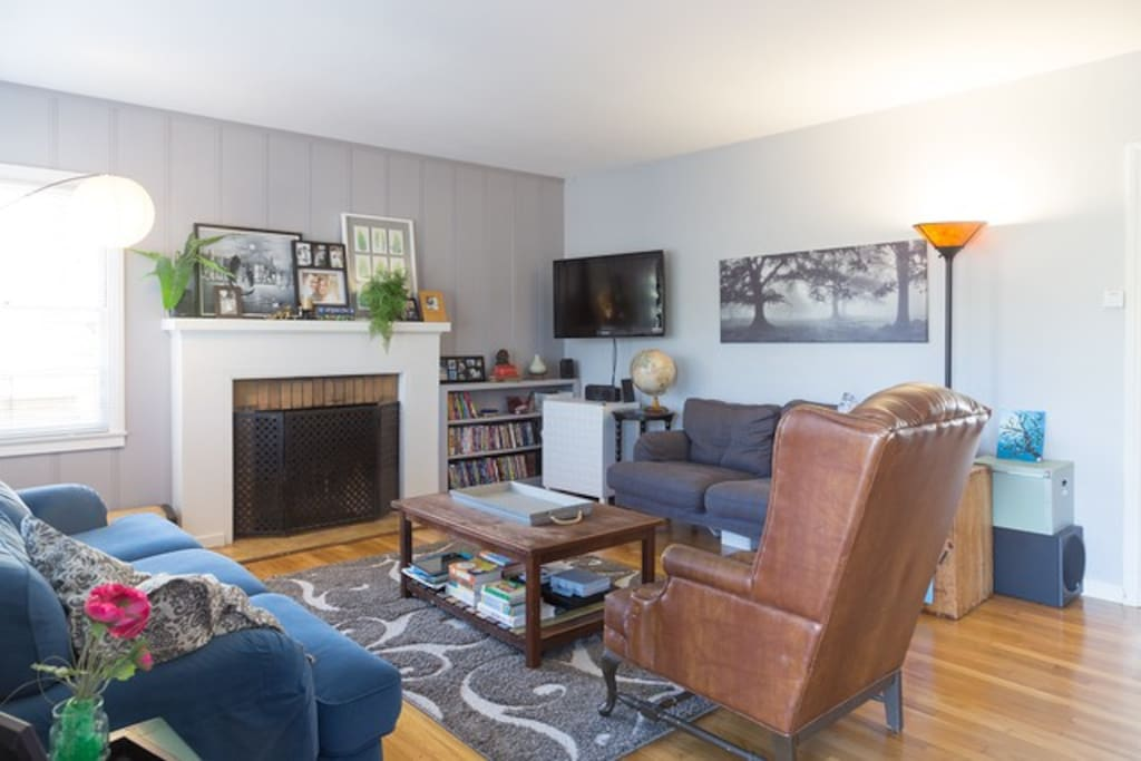 Living room with ample seating, TV and cable