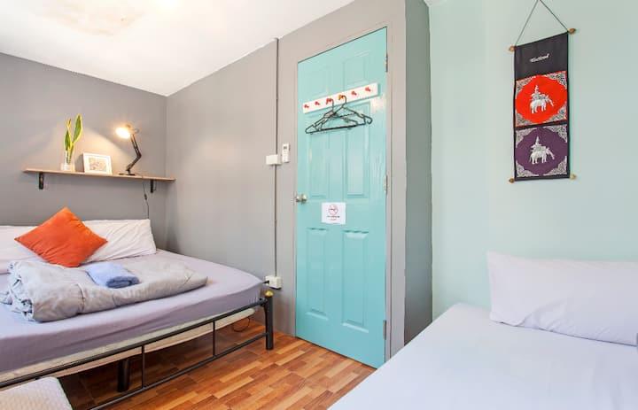 Miku, Funky Triple Bedroom with A/C & wifi in Asok