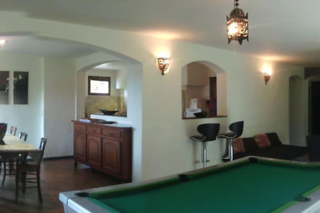 Grande salle du T3****:  repas, billard, salon, cuisine avec 2 comptoirs