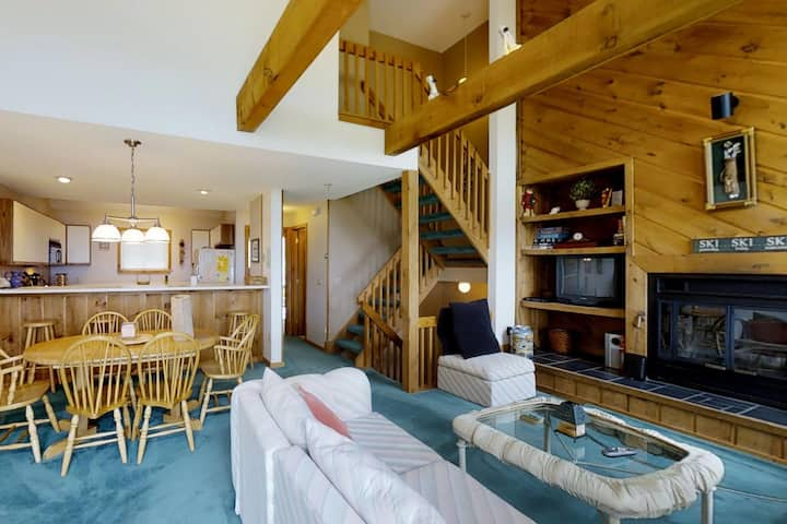 Warm, welcoming home has easy access to skiing & shared seasonal pool