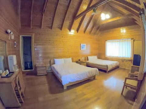 深山中寧靜的小木屋,視野開闊,停車方便。木屋4人套房