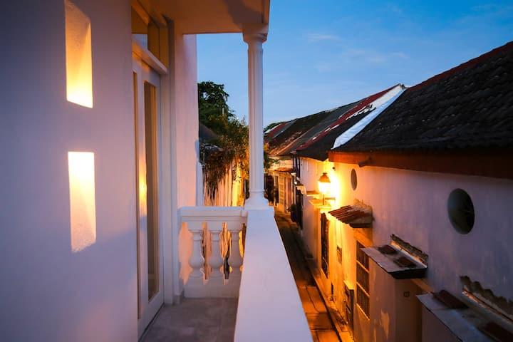 Beautiful studio apt w/balcony | Walk everywhere