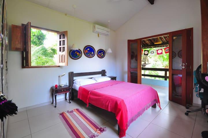 Espaçoso quarto com varanda
