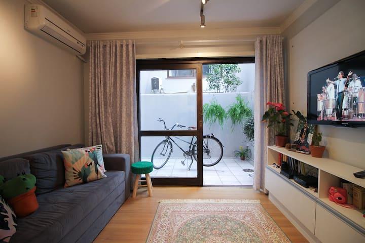 Apartamento completo e super bem localizado!