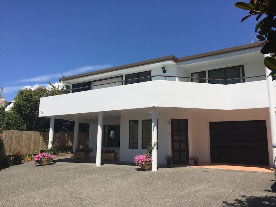 The beach house houses for rent in whangaparaoa for Beach house builders new zealand