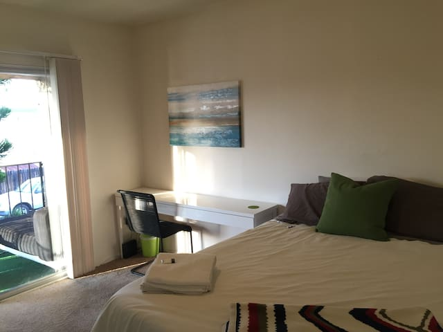 clean & modern beach retreat. full access. WiFi. - Huntington Beach - Apartmen