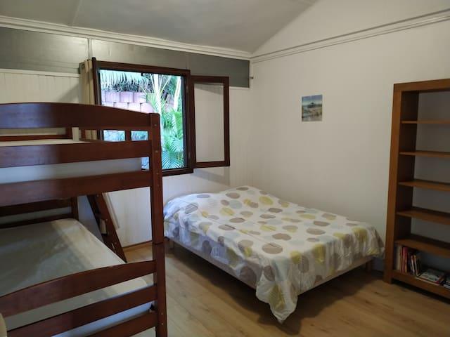 Chambre 3 familiale lit double + lits superposés