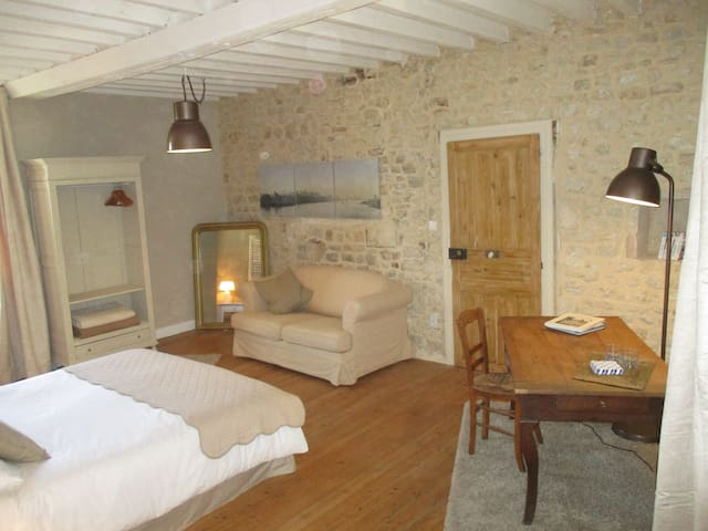 Beautiful bedroom in an old Priest's house - Tour-en-Bessin - Hus