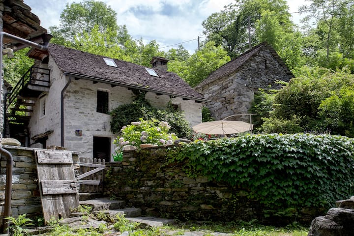 Ghiri: Authentic Stonehouse in Verzasca Valley