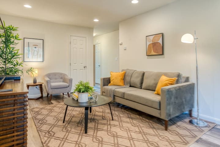 Updated 2BR near Downtown Sunnyvale w/ Parking