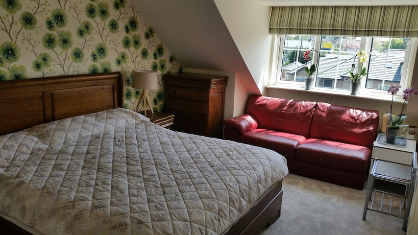 Spacious kingsize bedroom with WiFi - Rathcoole