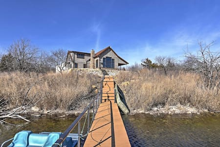 Lakefront 4BR Cedar Vale Lodge w/Private Dock! - Cedar Vale - Stuga