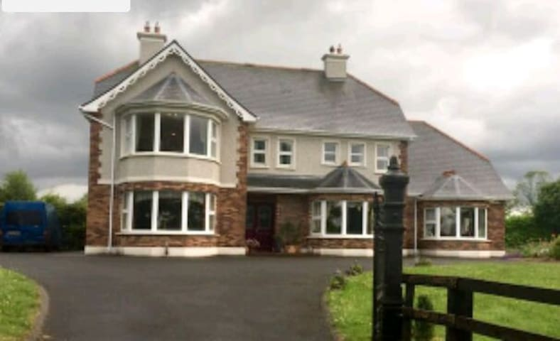 Charming Country Side Farm House (PRIVATE ROOM) - Ballinasloe - Talo