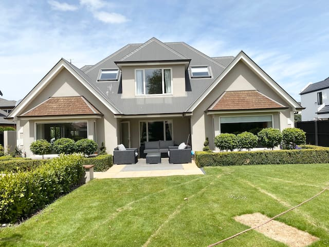 Riccarton luxury villa — Jane Deans Close