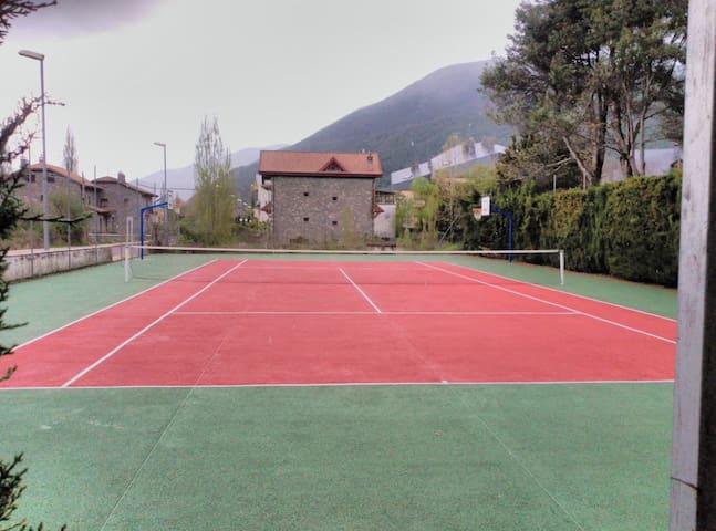 Pista de tenis y canastas baloncesto