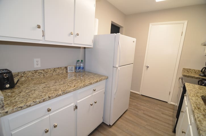 Updated Clean Condo - Airport and Downtown Close