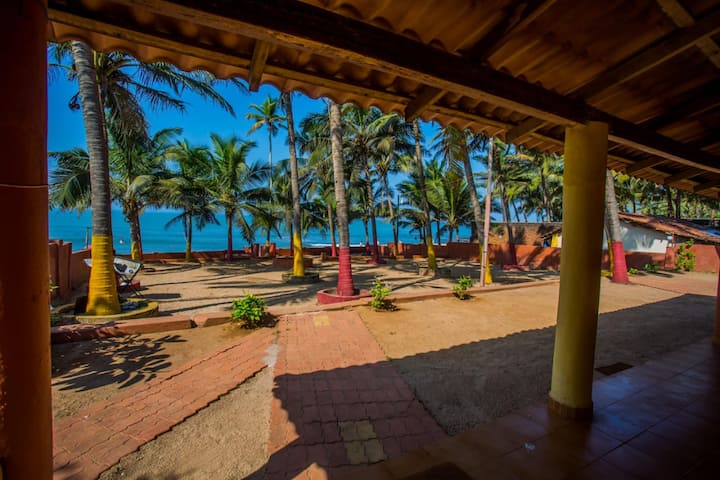 Anjuna BEACH side stay for 3 nr Curlies & UV Bar