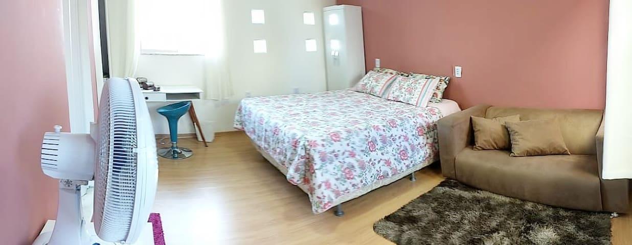 Quarto Moderno, confortável e bem localizado.