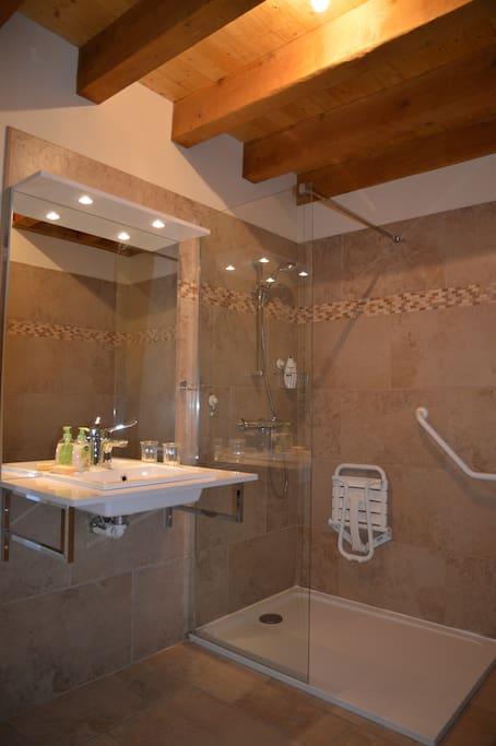 salle de bain accessible aux personnes à mobilité réduite