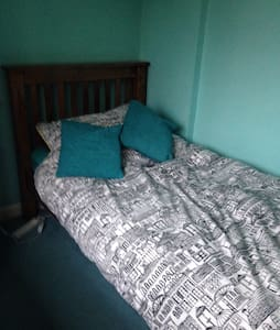 Single room in Dorking near station - Dorking - House