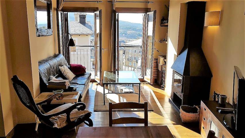 PRECIOSO ÁTICO CON ENCANTO Y VISTAS, CENTRO OSSEJA - Osséja - Apartamento