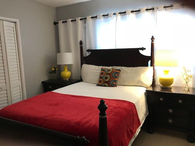 Cozy bedroom (1 people)