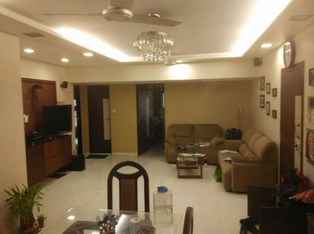 Spacious 3bhk apartment in Juhu - Mumbai - Apartment