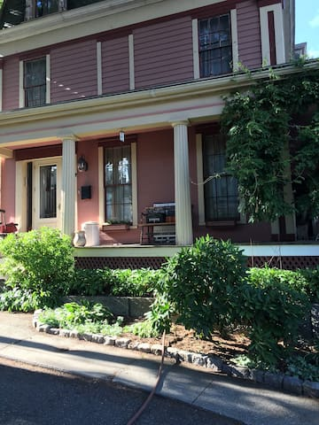 Downtown Historic 1850 B&B Parking-WiFi-Breakfast