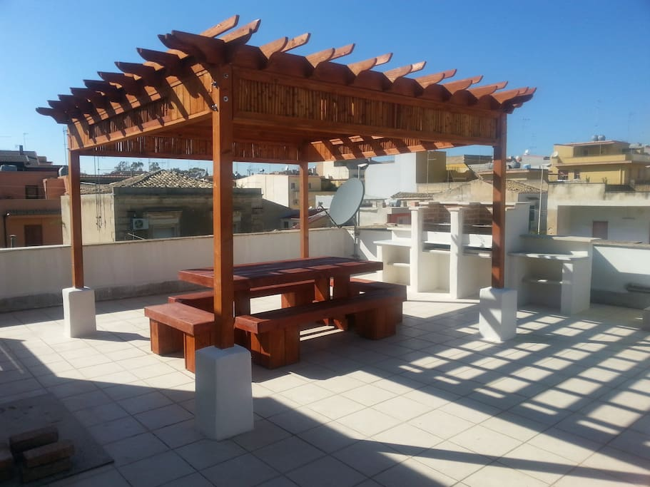 Huge roof terrace, BBQ grill station, sun loungers, bar table & stools.