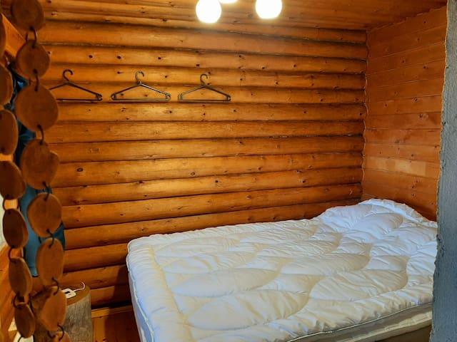 140 cm parisänky makuusopessa, joka on pieni ikkunallinen makuuhuone ilman ovea.