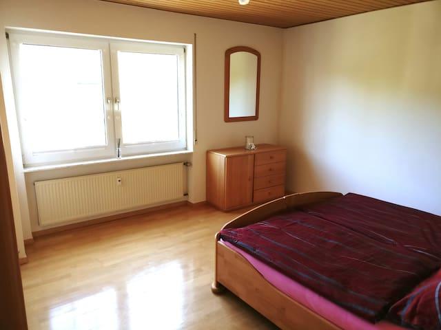 Schlafzimmer 1 mit Doppelbett 180 cm x 200 cm.