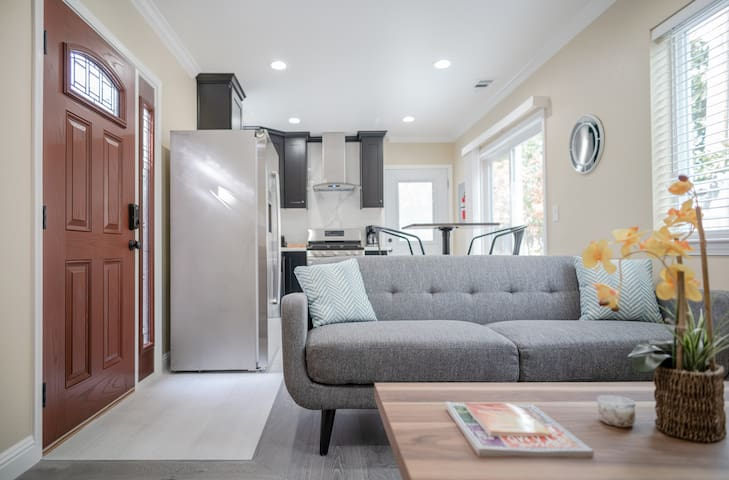 Luxury & Modern 2 Beds Cottage in Mountain View 2