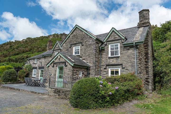 Stunning Farmhouse In Snowdonia with outdoor pool
