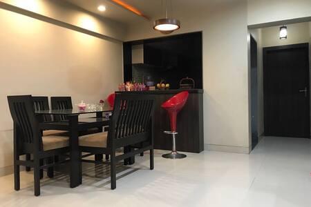 Cosy Private room in plush apt. near the airport
