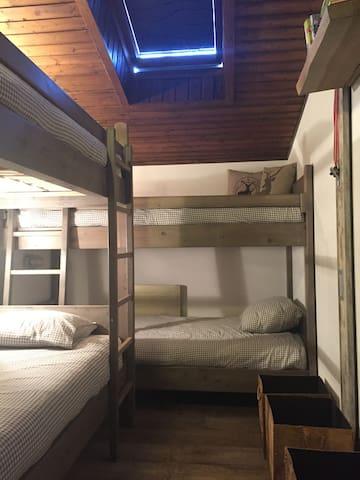 Kinderkamer met 4 riante bedden, ook geschikt voor volwassenen. (90 cm breedx220 cm lang)