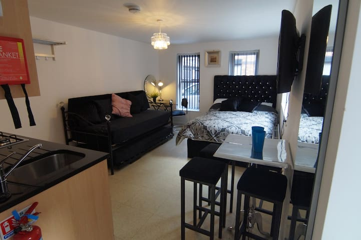 Modern Studio Apartment in L8, Sleeps 1-3