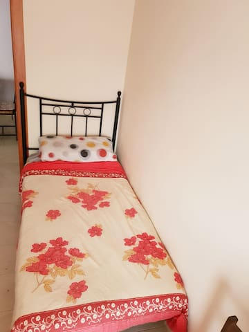 Habitación bien iluminada y confortable.