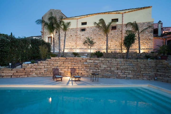 Luxury Holiday Home in Buseto Palizzolo with Swimming Pool