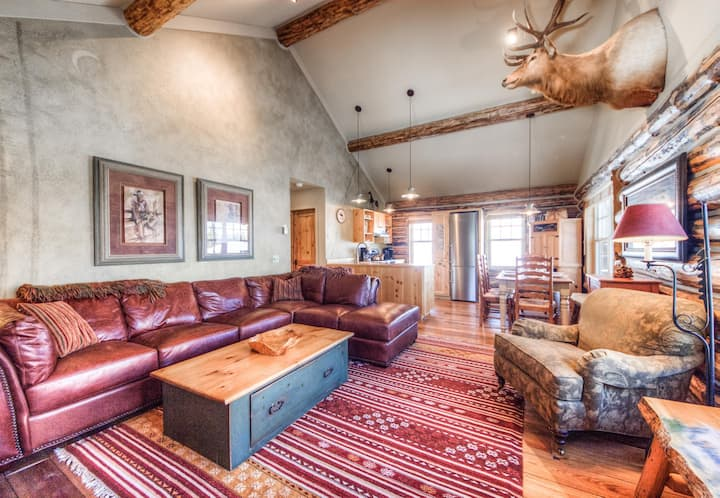 Bright, Ski-In/Ski Out Log Cabin with Mountain View and Private Hot Tub