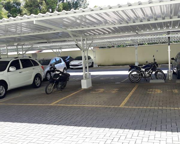 Garagem para veículos de passeio,  menos caminhonetes maiores que ficam fora da marcação da vaga.