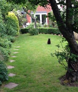 Victorian semi  quiet road. - Woodley - Casa