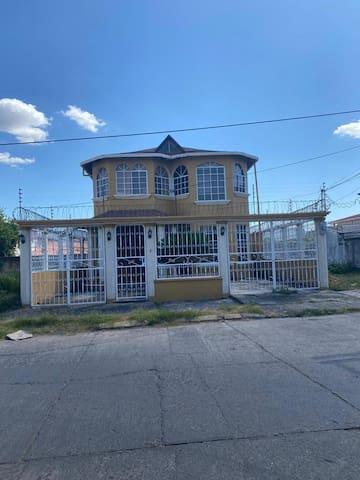 Hermosa casa en residencial los llanos.