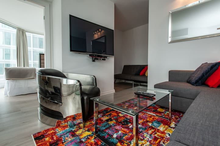 YORKVILLE KING FAMILY PREMIERE SUITE SLEEPS 5 2TVS