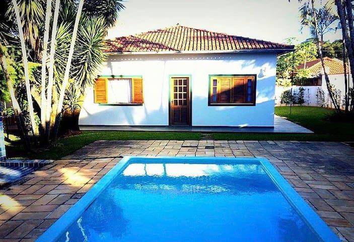 Casa aconchegante no centro de Rio Novo, 7 suítes