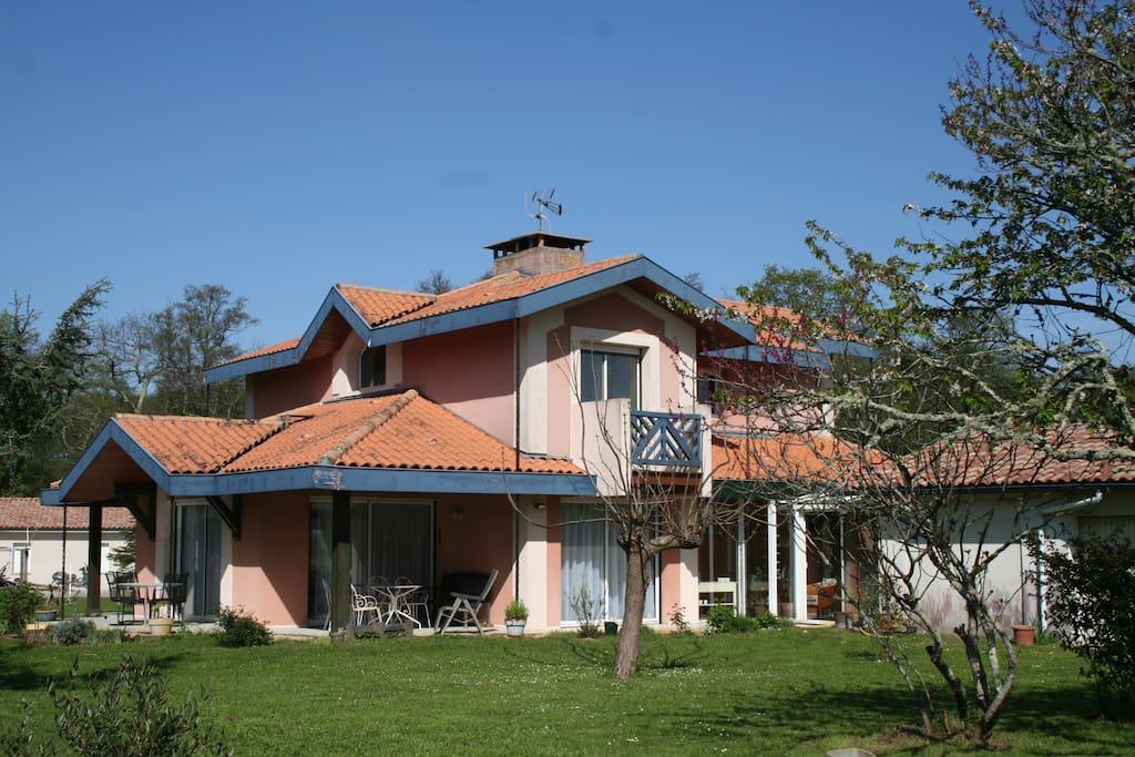 La Villa, son jardin, ses terrasses, ses balcons