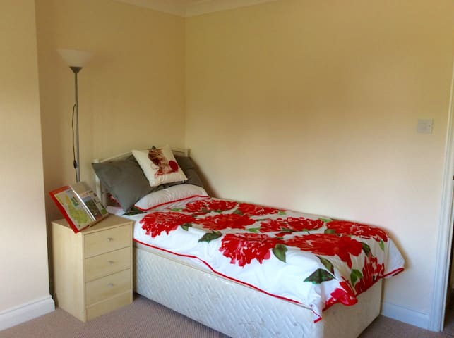 Lovely quiet single room - retreat to the country